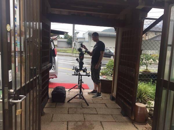 盆栽園の入口からカメラ撮影