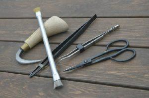 根かき(根さばき)、松葉取りピンセットなど盆栽専用道具